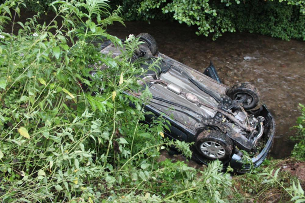 (FOTO) STRAVIČAN UDES KOD NIŠA: Automobil sa celom porodicom sleteo u reku, otac ih izvukao iz kola u poslednji čas!
