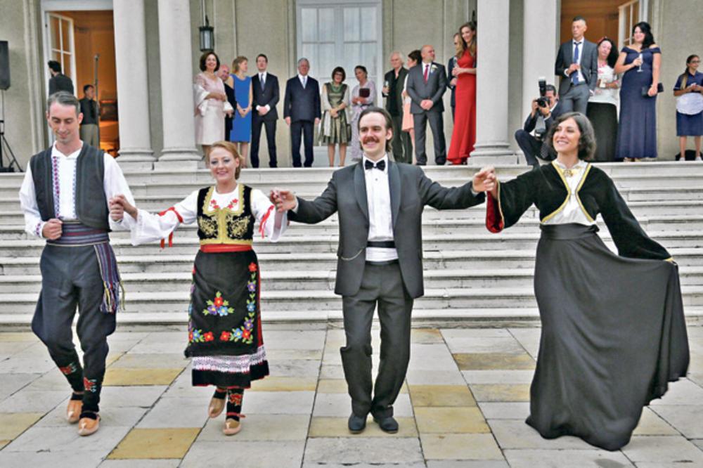 IZA KULISA PROSLAVE VENČANJA KARAĐORĐEVIĆA: Mladenci zaigrali kraljevsko kolo kao prvi ples!