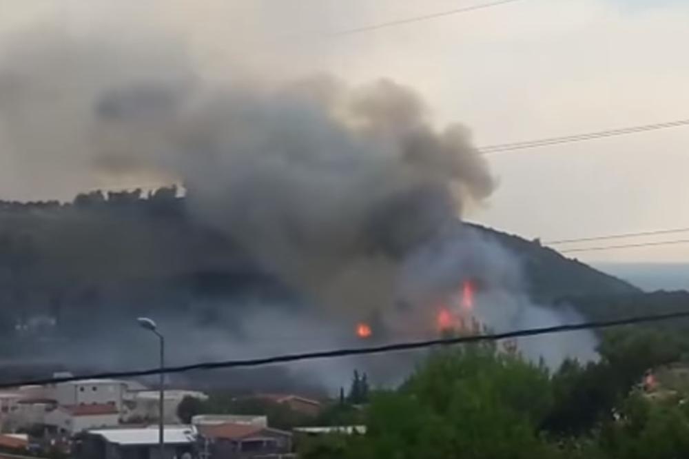 (KURIR TV) LJUDI BEŽE U MORE PRED VATROM: Požar u Sutomoru pod kontrolom, buknuo Rt Veslo!