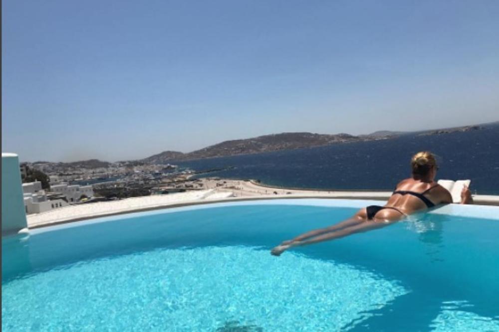 (FOTO) GREND SLEM GUZA: Zanosna teniserka bez srama pokazuje adute na grčkim ostrvima