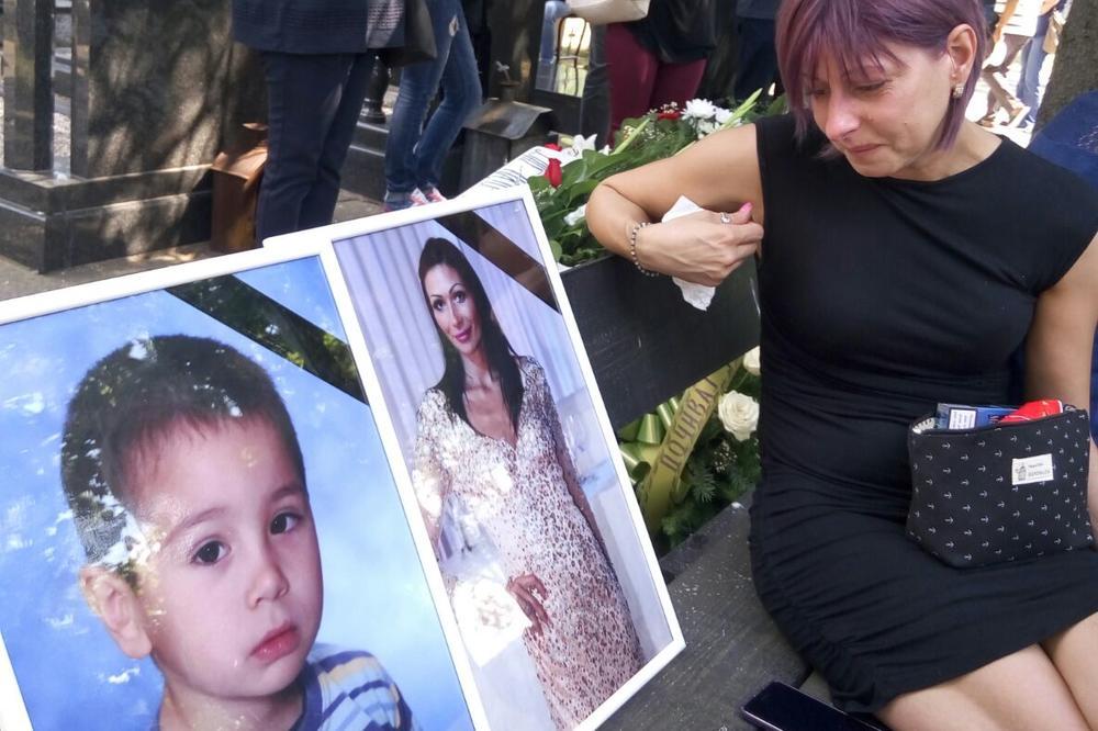 (FOTO) MUK NA ORLOVAČI: Maja Đorđević (38) i mali Mihailo (4) sahranjeni jedno pored drugog, prijatelji i rodbina zanemeli od bola