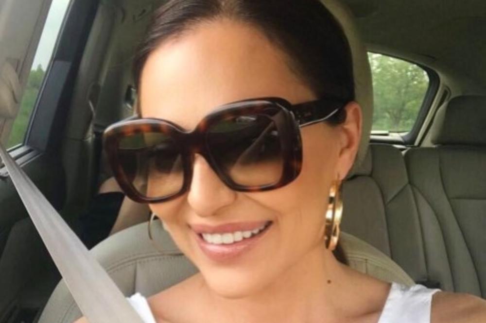 (FOTO) FANOVI U TRANSU: Ceca prati trendove, objavila selfi iz toaleta i zapalila Instagram!