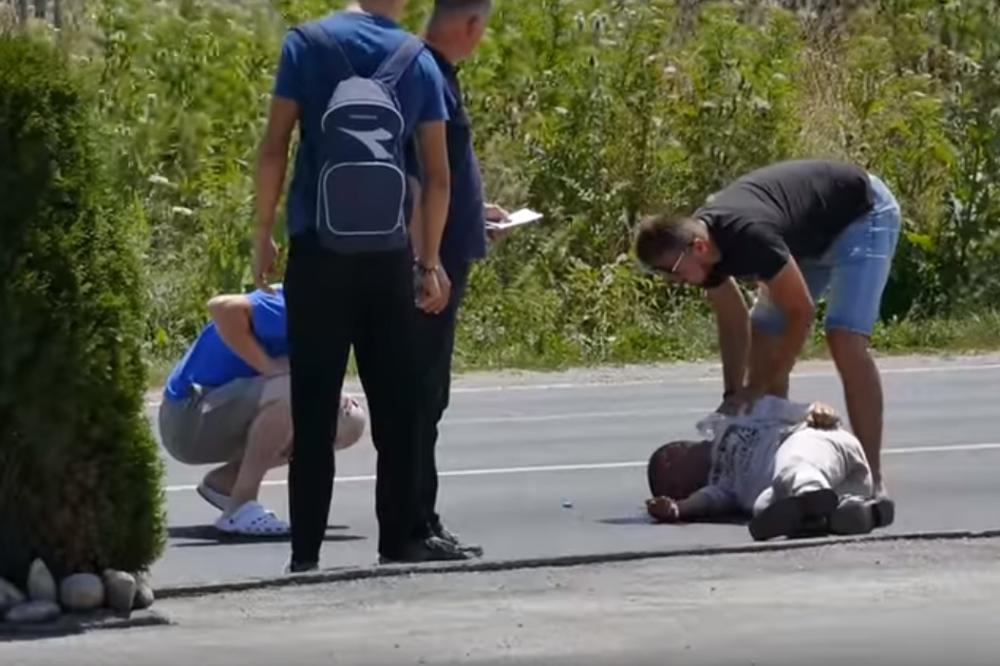 (VIDEO) HUMANOST NEMA CENU: Mladić se srušio na sred ulice, a evo kako su reagovali vozači