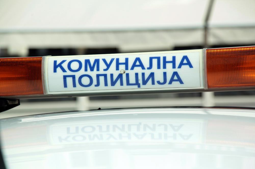 KOMUNALNI POLICAJAC PRONAŠAO TORBICU PUNU NOVCA: Vladimir je bio van dužnosti, ali je pronašao vlasnika i odmah ga pozvao
