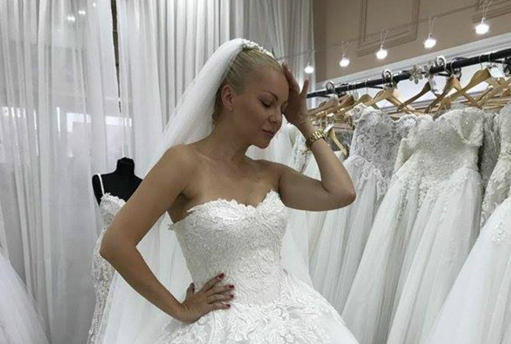 (FOTO) UDAJE SE POSLE 10 GODINA VEZE: Ivana Selakov zakazala svadbu!