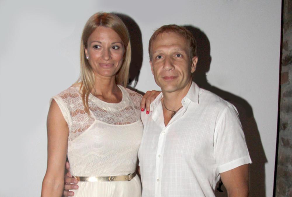NEMIRNI PRSTI! Milan Kalinić objavio sliku sa zgodnom suprugom, jednim potezom sve RASPAMETIO (FOTO)