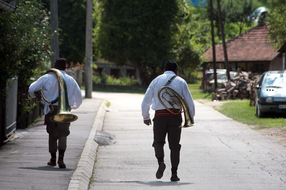 URNEBES NA SVADBI U LESKOVCU: Nišlije muzici pokušale da otmu pare pa dobile batine!
