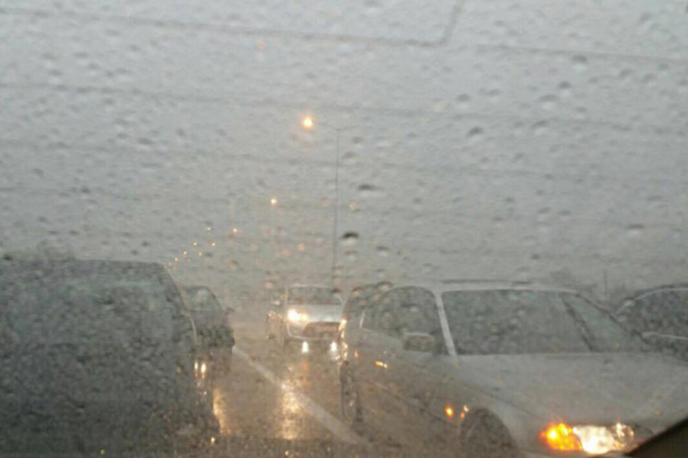 KOLAPS NA AUTO PUTU KOD VELIKE PLANE: Zbog jakog pljuska zaustavljen saobraćaj u obe trake, OPREZ!