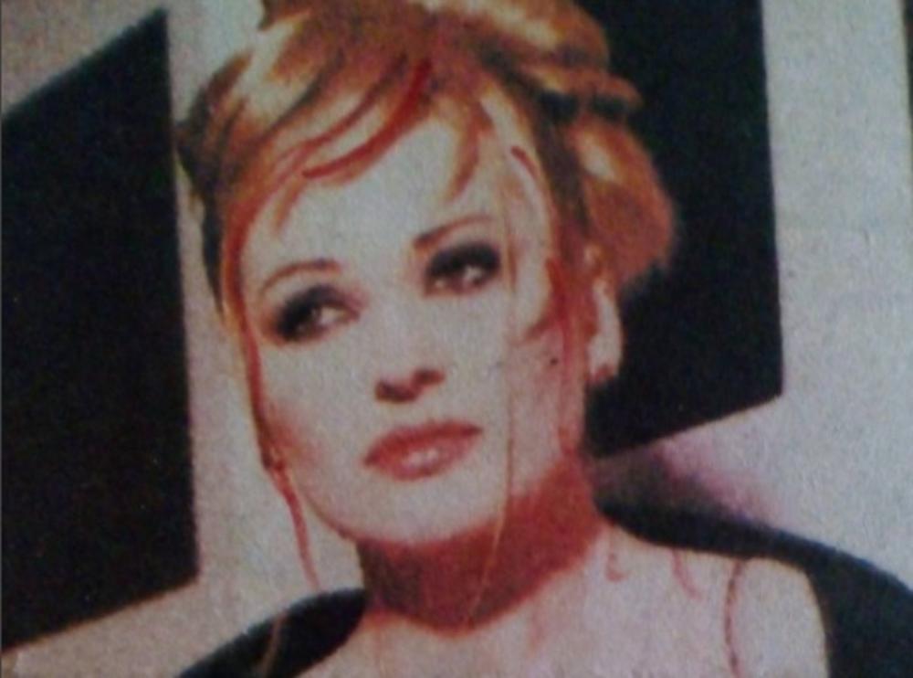 (FOTO) SVI ZNAJU NJENE NAJVEĆE HITOVE: Nikada nećete pogoditi ko je pevačica sa slike! Danas je potpuno drugačija!