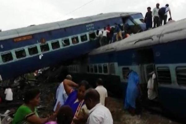 (FOTO, VIDEO) ŽELEZNIČKI HOROR U INDIJI: Voz iskočio iz šina, 23 mrtva