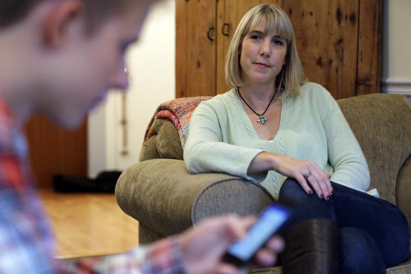 UMESTO MEĐU ŠLJIVAMA, SRBIJA MEĐU TELEFONIMA:  92,6 odsto građana