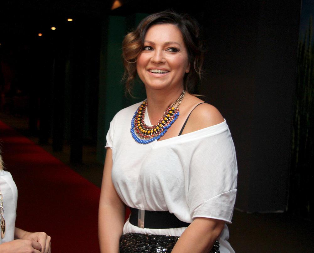 (FOTO) NINA BADRIĆ ZAKOPČANA DO GRLA, A IPAK NIKADA SEKSEPILNIJA! U TESNOJ crvenoj haljini OBJASNILA šta je istinski glamur