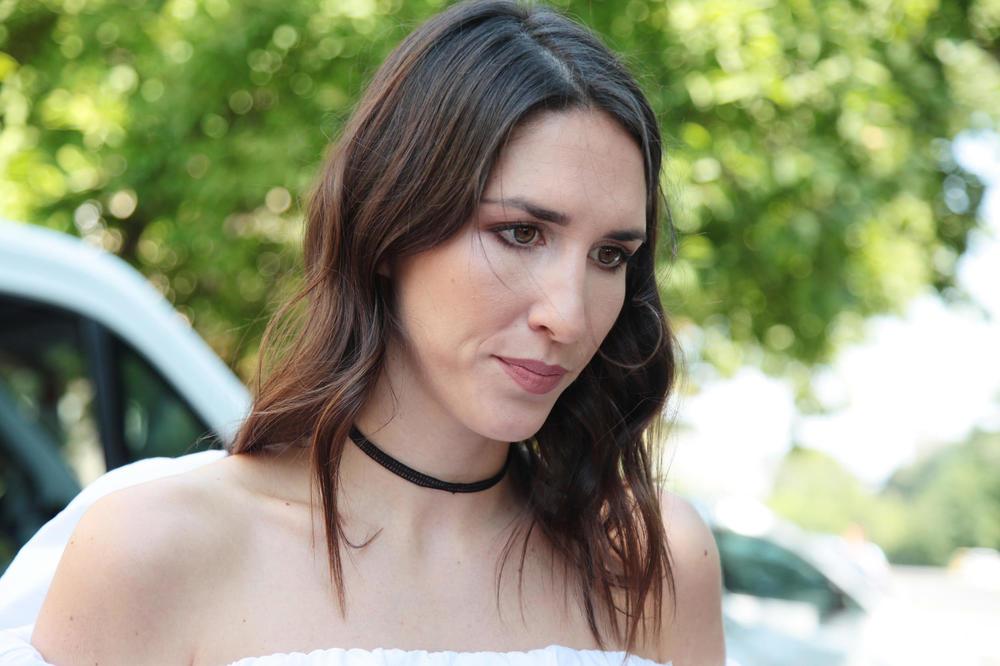 (FOTO) JELISAVETA ORAŠANIN SAMO U PEŠKIRU: Evo kom tretmanu se glumica podvrgla!