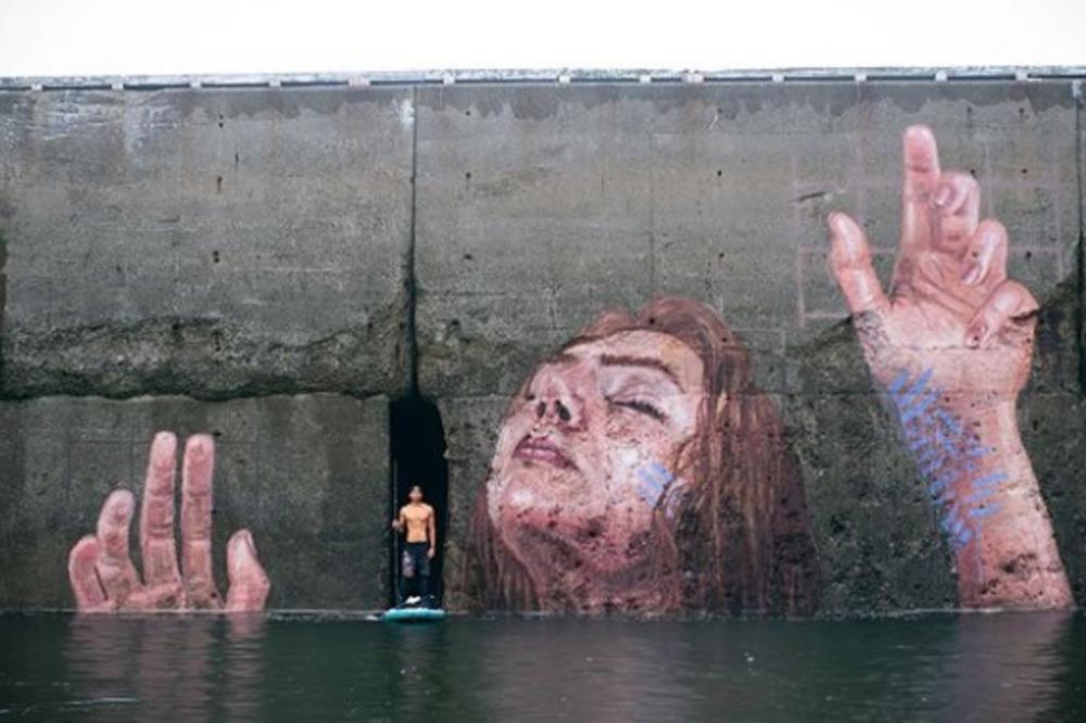 (FOTO) ČAS GA VIDIŠ, ČAS GA NE VIDIŠ: Ovaj mural je najbolji na svetu! Menja se sa plimom i osekom!