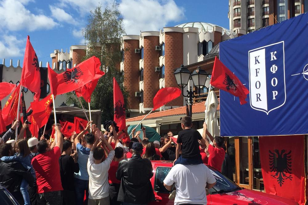 UČK U NOVOM PAZARU: Gradom se vijorile zastave terorista,  građani uplašeni zbog albanskih vojnih uniformi