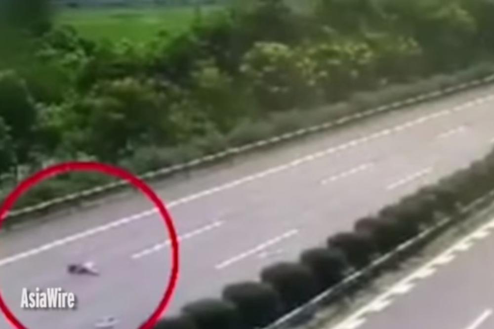 (VIDEO) HOROR NA PUTU: Zaspao za volanom, a devojčica ispala iz automobila