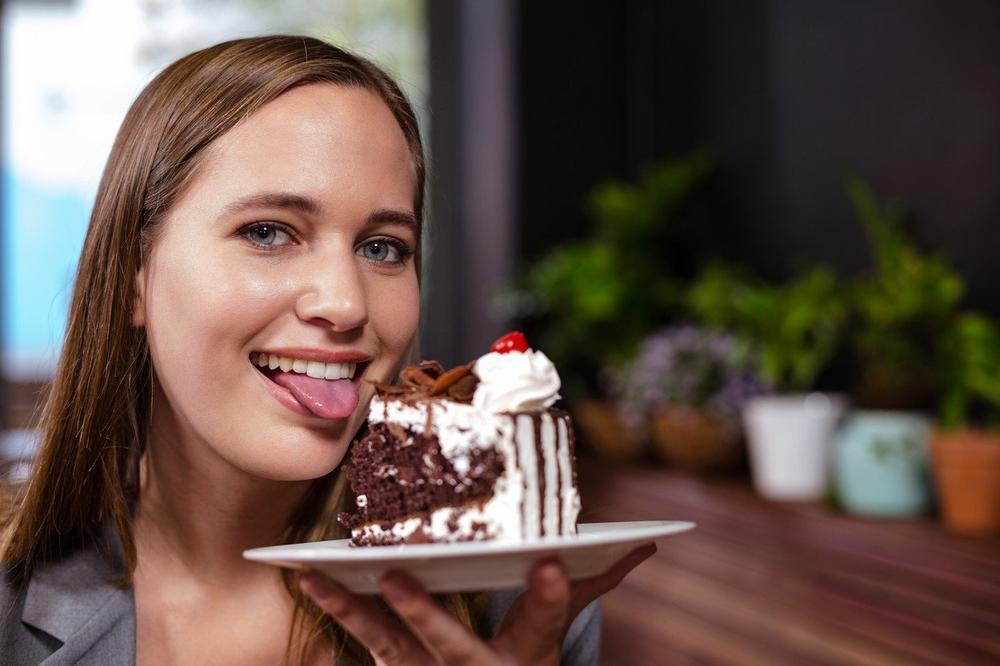 OBOŽAVATE DA JEDETE SLATKIŠE? Otkrivena su 3 razloga zbog kojih žudite za šećerom!