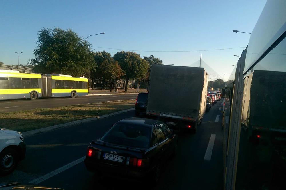 (FOTO) LUDILO OD RANOG JUTRA: Saobraćajni kolaps na Adi, Beograđani više ne znaju gde će od gužvi