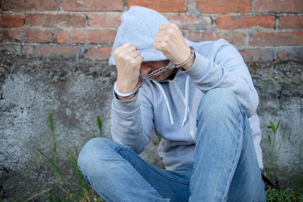 KLINAC DILOVAO DROGU PO NOVOM SADU? Policija podnela krivične protiv 8 osumnjičenih, među njima i maloletnik