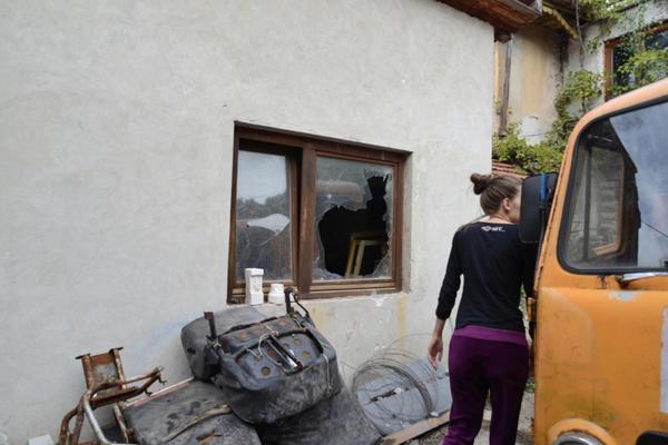 OBRAČUN U SARAJEVU: Bomba bačena u dvorište kuće, ranjen vlasnikov