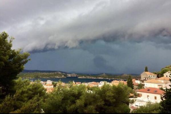 NEVREME HARA HRVATSKOM: Nad Šibenikom se nadvio ogroman oblak,