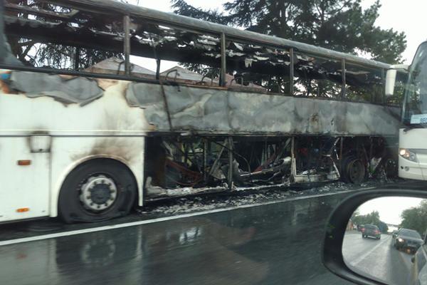 (FOTO) DRAMA NA IBARSKOJ MAGISTRALI: Autobus potpuno izgoreo
