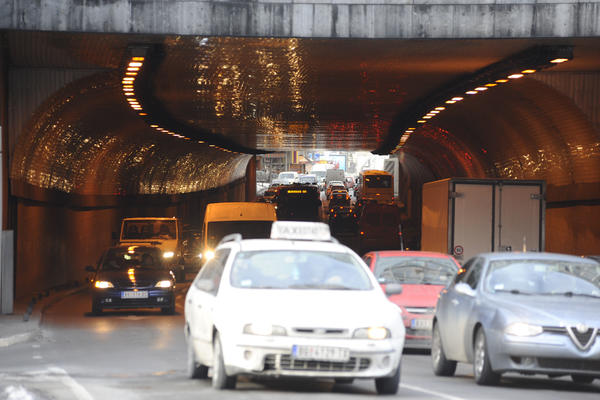(FOTO) KRKLJANAC U TERAZIJSKOM TUNELU: Pokvario se autobus