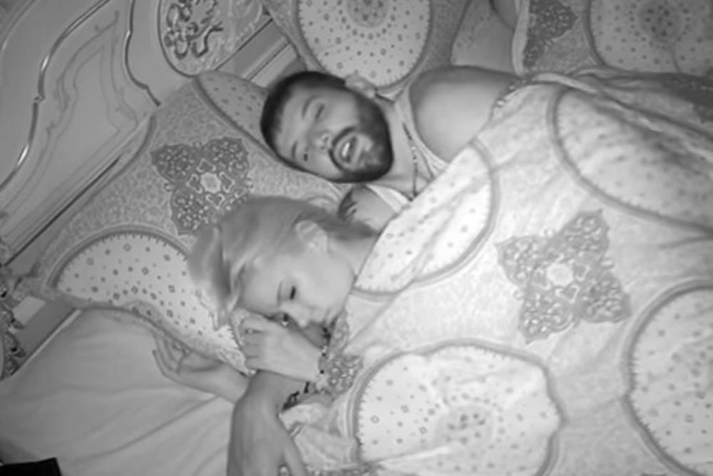 (VIDEO 18+) SEKS SA 2 DEVOJKE: Prvo je spavao sa zanosnom plavušom, a onda je overio i njenu rivlaku!