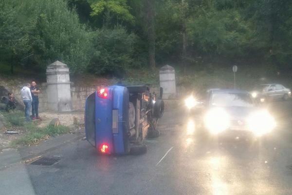 UDES NA TOPČIDERU: Prevrnuo se automobil, usporen saobraćaj