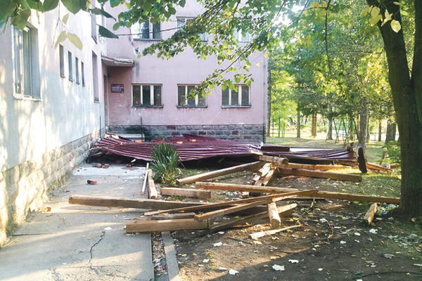 ZAVLAČENJE: Isfušerili krov škole, oduvao ga vetrić!