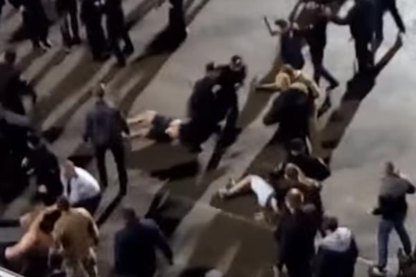 (VIDEO) LOŠE JE PROŠAO: Huligan krenuo sam u obračun sa policijom!