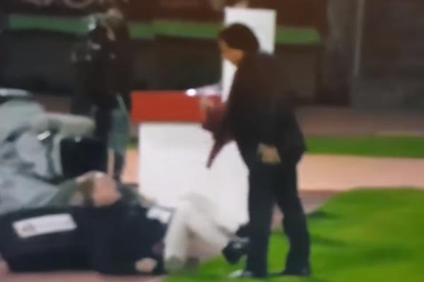 (VIDEO) NEVEROVATAN OKRŠAJ U PRENOSU UŽIVO: Vlasnik kluba pretukao