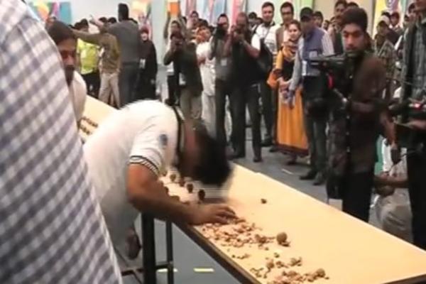 (VIDEO) ZABOLEĆE I VAS: Muškarac je postavio bizaran rekord!