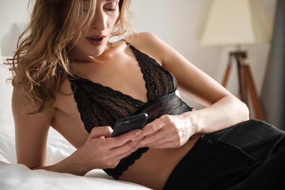 OVO SVAKI MUŠKARAC ŽELI DA DOBIJE: Top 10 seksi poruka koje će ga za čas uzbuditi
