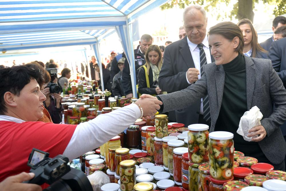 (FOTO) BRNABIĆKA IMA SPREMNU ZIMNICU: Premijerku darivali teglama ajvara u Koceljevi