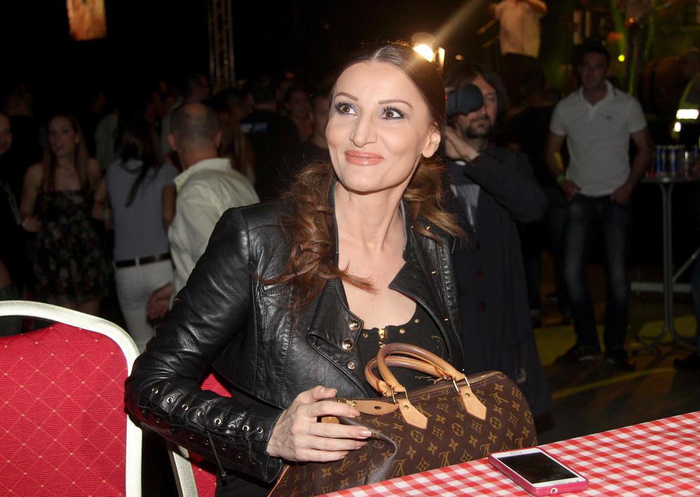 (FOTO) NE ZANIMA JE JAVNI ŽIVOT: Ovo je ćerka Mire Škorić i prelepa je!