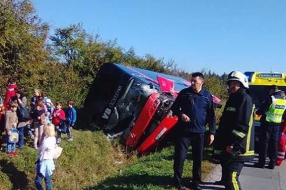 (VIDEO) STRAŠAN UDES Automobil podleteo pod autobus pun dece i prevrnuo ga! Vozač auta poginuo, a osmoro dece povređeno!