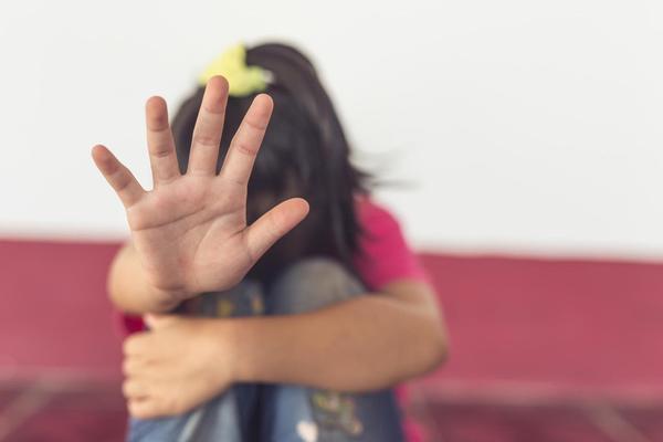 IZIVLJAVALI SE NAD MALOLETNICOM: Primorali devojcicu na seks, sve snimili pa snimak poslali njenoj majci