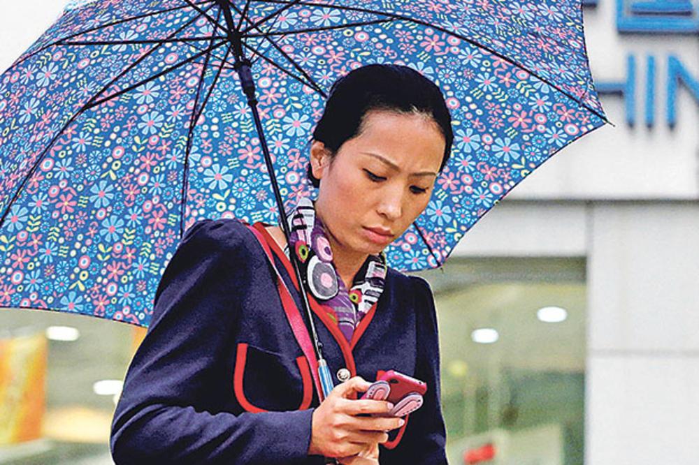 PSIHOLOZI UPOZORAVAJU: Mobilni telefoni su kao droga, evo kako da se skinete sa njega!