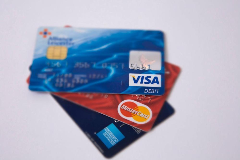 PROBLEM S PLASTIČNIM NOVCEM: U prodavnicama ne prihvataju Viza karticu, a evo i zašto