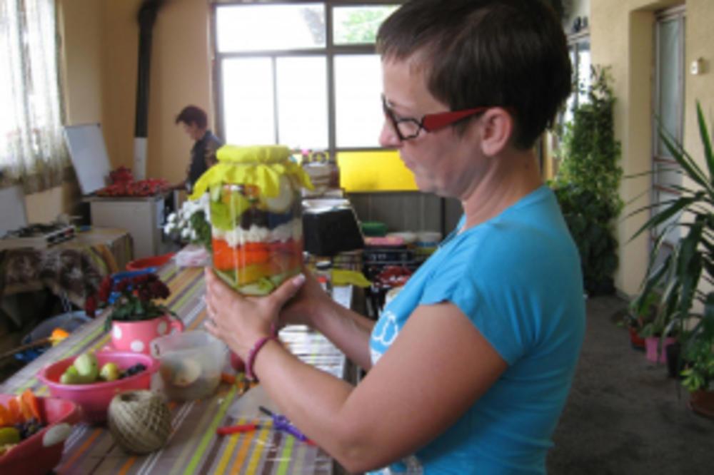 (FOTO) O NJENOJ ZIMNICI PRIČA CELA SRBIJA: Ani iz Ovsišta paprike peče svekrva, a tegle joj izgledaju čarobno!