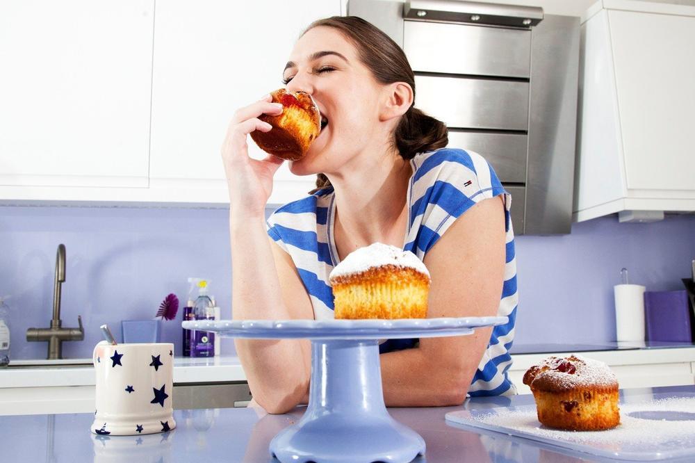 POSLEDICE PO ZDRAVLJE SU OZBILJNE: Nikada nemojte da jedete sami, desiće vam se ovo!