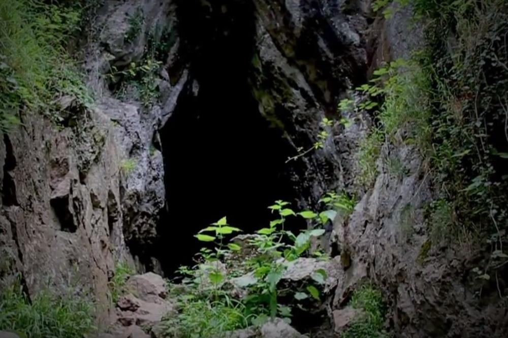 STARINA MILOMIR (82) I NJEGOVA GVOZDENKA IZ KNJAŽEVCA ZGRANULI SRBIJU: Sele se u pećinu zbog nemaštine, a i zato što tamo nema računa?!
