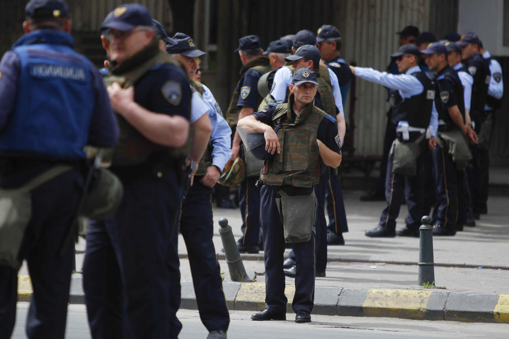 POTUKLA SE DVA POLICAJCA U SKOPLJU: Obojica povređena, jednom slomljen nos
