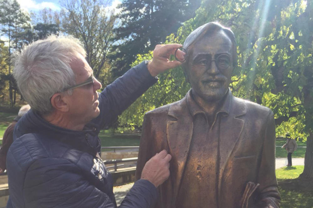 (FOTO) NESVAKIDAŠNJI INCIDENT U VRNJAČKOJ BANJI: Turista hteo da slika dete pored Gaginog spomenika, pa mu slučajno polomili naočare