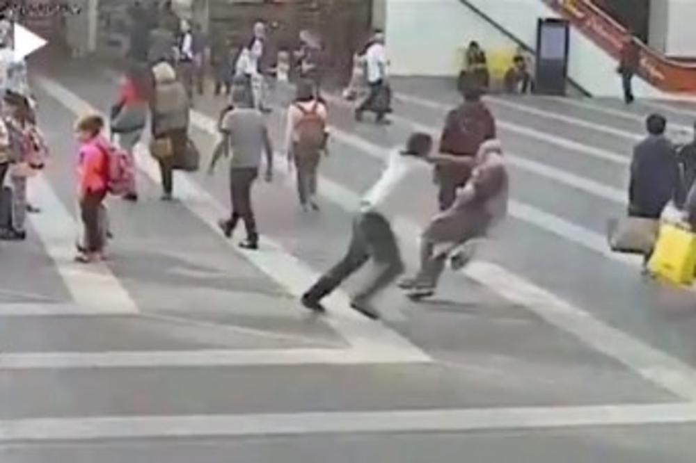 (VIDEO) PRIŠAO MU JE NEPOZNATI MUŠKARAC I BACIO SE NA NJEGA: Penzioner zadobio povrede iz čista mira!