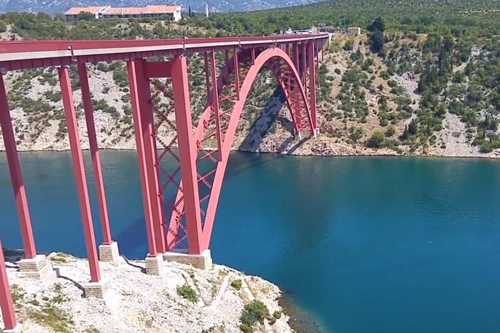 PILOT KANADERA IZVRŠIO SAMOUBISTVO? Seo na ivicu mosta, upucao se i pao u reku