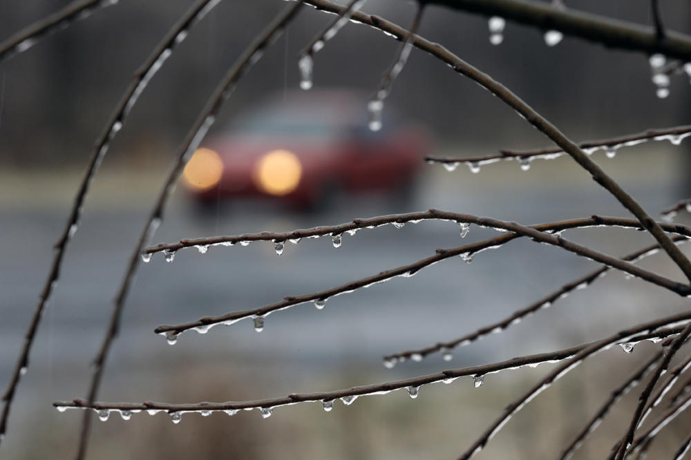 VOZAČI, PAŽLJIVO: Mraz i sumaglica, poledica na vlažnim putevima