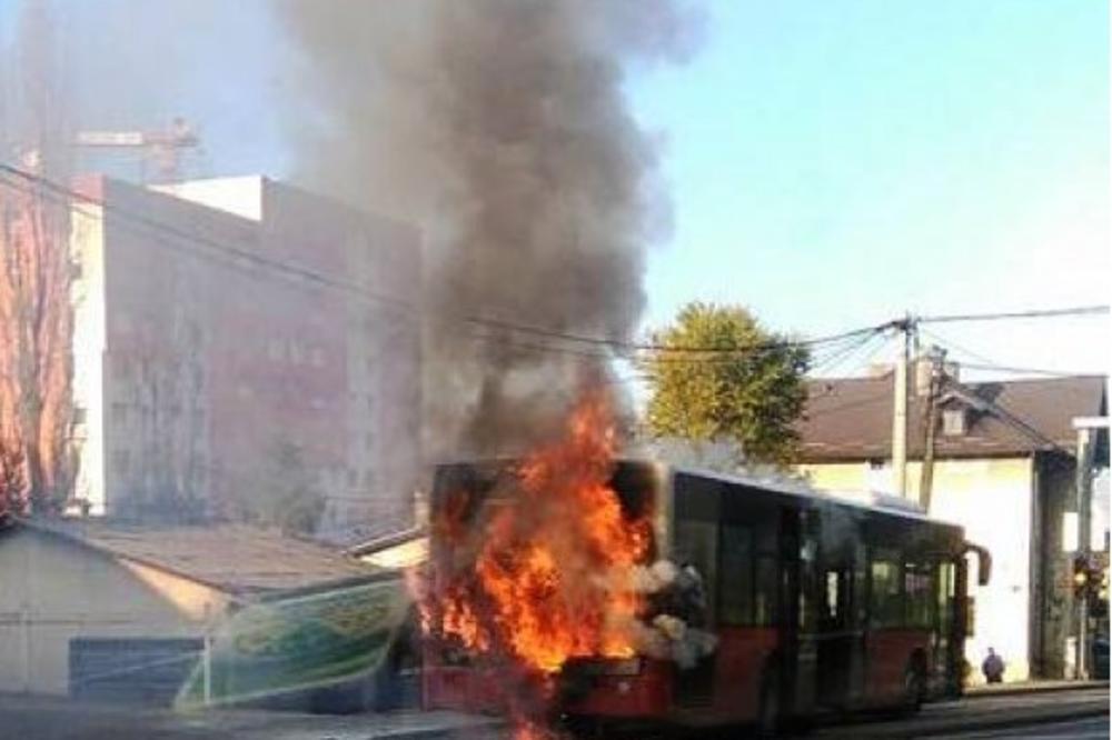 ZAPALIO SE AUTOBUS TOKOM VOŽNJE: Vozač uspeo da izvuče sve putnike!