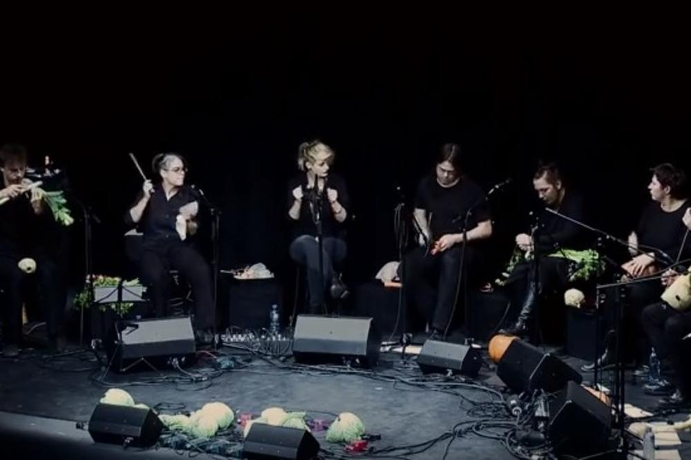 (VIDEO) ORKESTAR ZA JELO I GLEDANJE: Ovaj vegetarijanski bend redovno oduševljava Bečlije!
